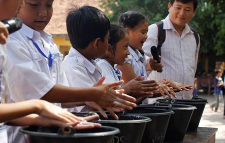 Improving handwashing in schools in Asia and the Pacific Cambodia Splash At 13 schools, Splash organized activities with 1,000 students, parents, teachers, school directors, local authorities, and